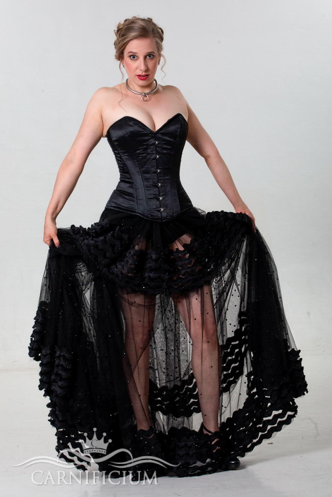 Hochzeitskleid in schwarz mit schwarzem Vollbrustkorsett in Satin und Rock aus aufwendigem Perlenbesticktem Tüll